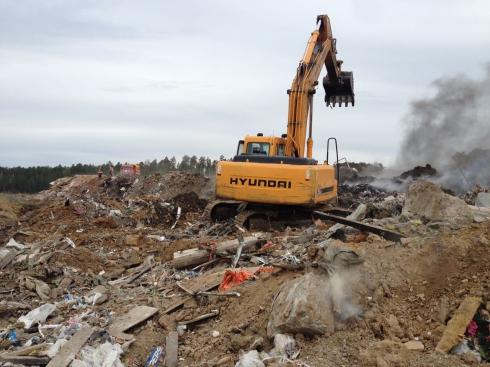 В Екатеринбурге продолжают бороться с пожаром на несанкционированной свалке