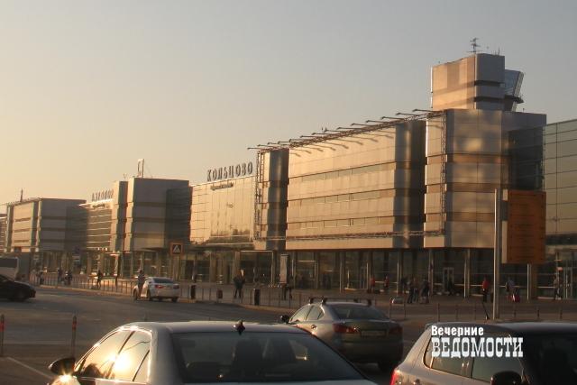 В «Кольцово» из-за самолета, выкатившегося запределы полосы, задерживаются десятки рейсов