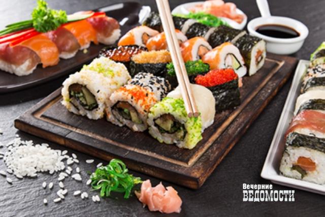 Роспотребнадзор порекомендовал уральцам быть внимательными при поедании суши ироллов летом
