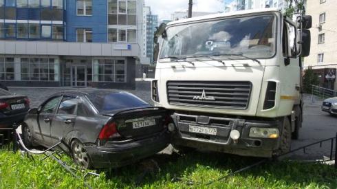 ВЕкатеринбурге мусоровоз протаранил два «Форда», припаркованные уздания ГИБДД