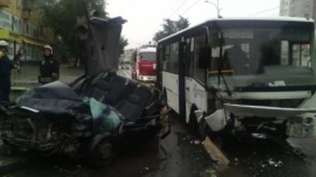 Чтобы вытащить водителя из машины, врезавшейся в екатеринбургский автобус, пришлось резать кузов