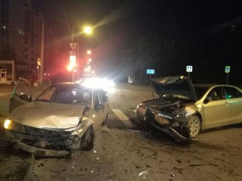 Ночью в Екатеринбурге одна иномарка врезалась в другую