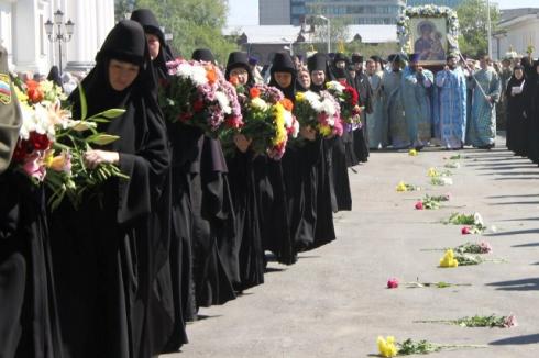 Дорогу из десяти тысяч цветов выложили в Екатеринбурге