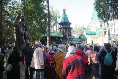 Паломники прошли крестным ходом от Храма на Крови до Ганиной Ямы