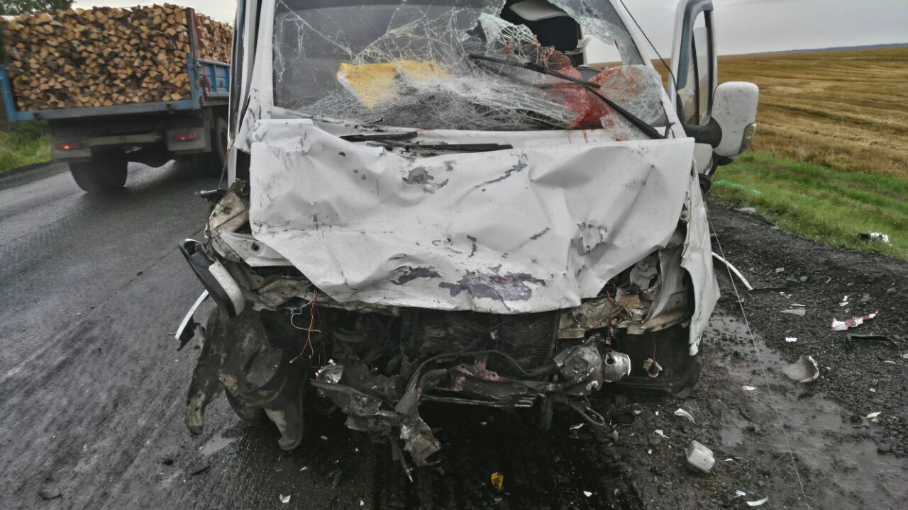 Натрассе Mercedes смяло 2-мя грузовиками, трое человек вреанимации