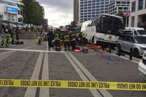 В Ванкувере туристический автобус протаранил толпу прохожих один человек погиб