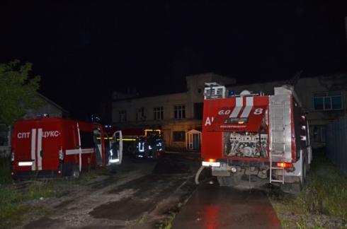 В поселке Большой Исток ликвидировали крупный пожар на мебельном складе