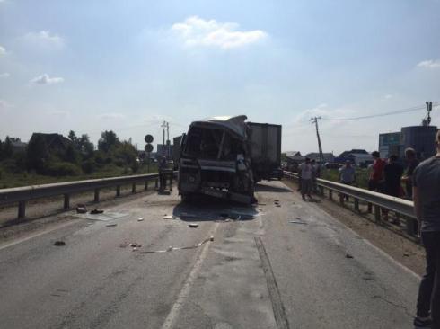 В Сысертском районе столкнулись автобус и грузовик