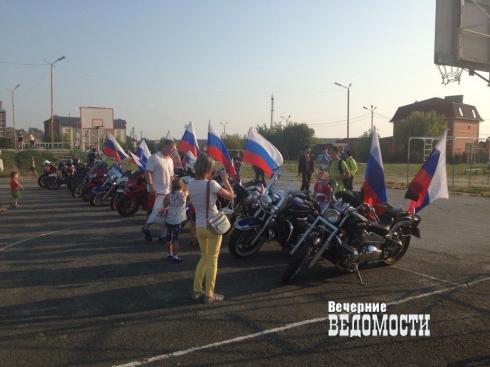 По Белоярке проехала колонна байкеров с российскими флагами  (ФОТО)