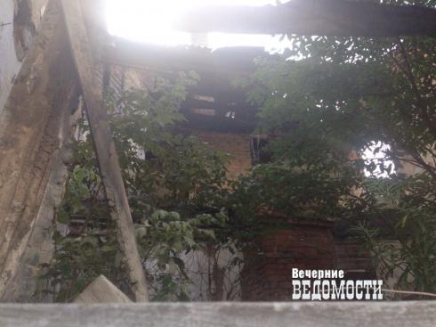 В Белоярке в сгоревшем почти 20 лет назад многоквартирнике продолжают жить люди