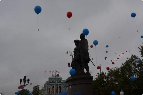 Юные екатеринбуржцы в память о героях ВОВ запустили в небо воздушные шары с именами погибших