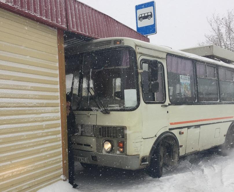 ВКургане автобус несмог справиться суправлением иврезался востановку
