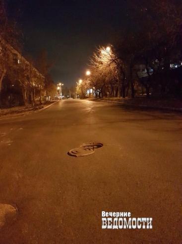 Екатеринбургские автомобилисты могут угодить в канализационный колодец на Мамина-Сибиряка