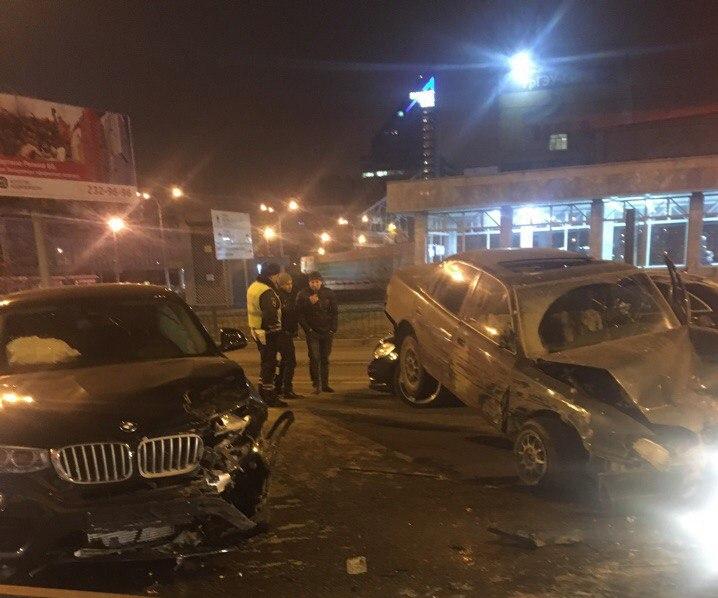 Водитель приземлившейся на «Мерседес» «Тойоты» скончался в скорой на месте ДТП