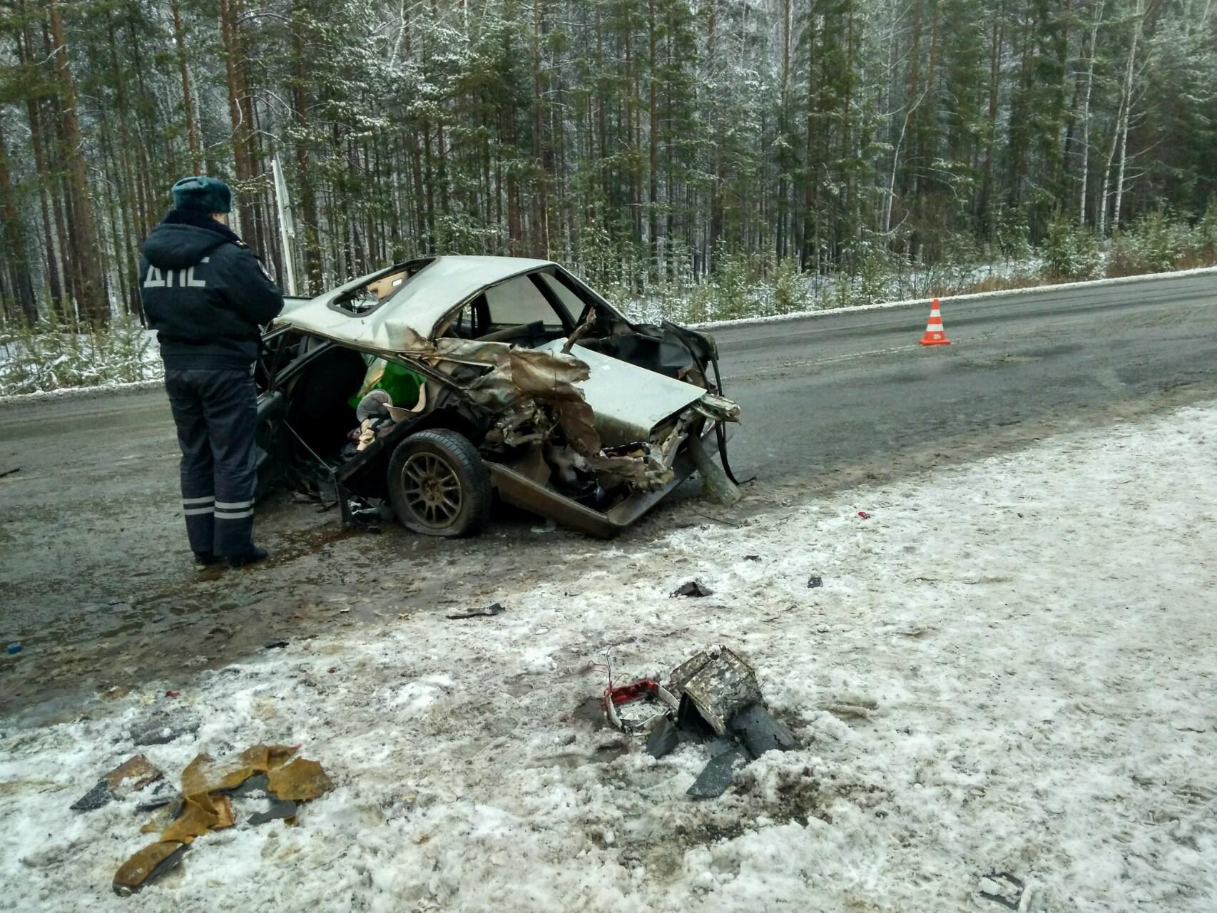 Под Берёзовским ВАЗ въехал вКамАЗ: в трагедии пострадал полугодовалый сын