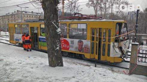На ВИЗ-бульваре столкнулись трамвай и большегруз с кирпичами