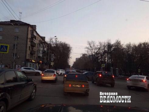 Неработающий светофор в Екатеринбурге собирает пробки