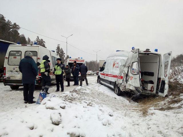 Назаснеженной трассе под Екатеринбургом рейсовый автобус вылетел вкювет