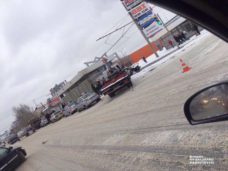 ВЕкатеринбурге напротивТЦ «Карнавал» КамАЗ смял Хонда Civic