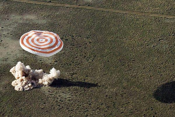 Русские космонавты возвращаются наЗемлю: Онлайн-трансляция полета корабля «Союз МС-05»
