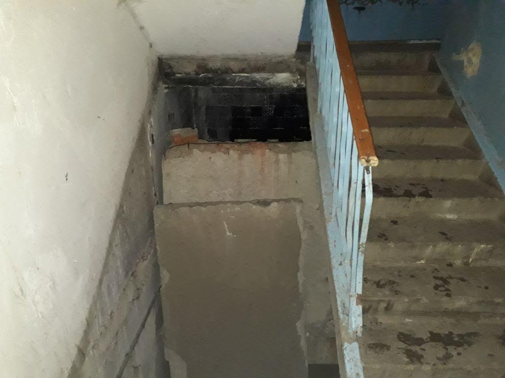 ВНижнем Тагиле намужчину упала бетонная плита перекрытия вподъезде