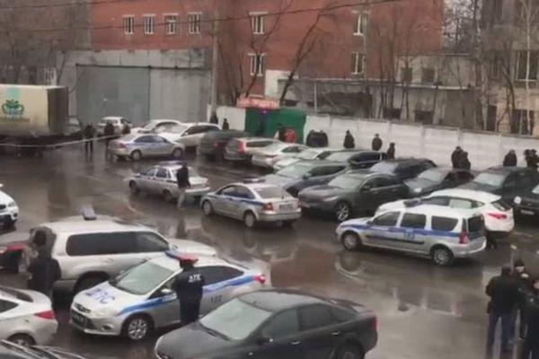 СОБР иОМОН выдвинулись кместу стрельбы накондитерской фабрике