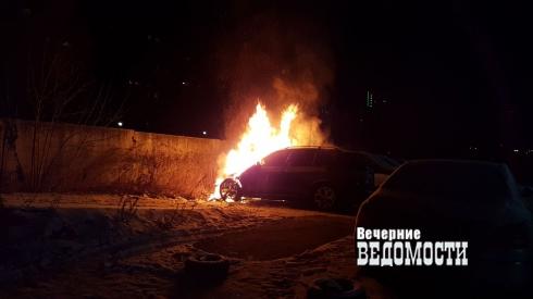 В Екатеринбурге около «Максидома» сгорел престижный внедорожник
