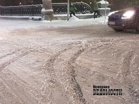 Екатеринбургские коммунальщики не справились с последствиями снегопада