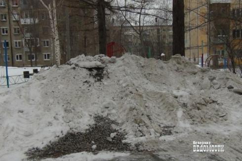 Жителей Екатеринбурга заставят демонтировать незаконные крыши на балконах