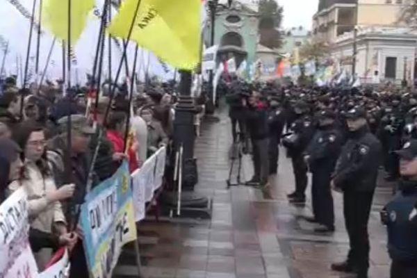 В Киеве у здания Верховной рады произошли столкновения протестующих с полицейскими