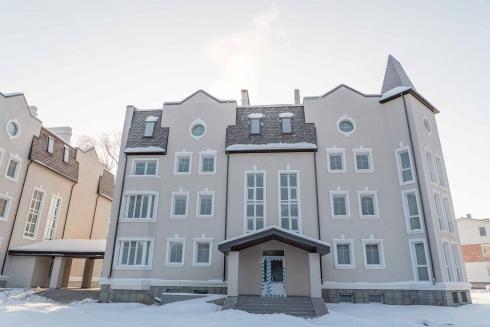 Дома поселка «Бухта Квинс» достроены, но передать их пайщикам мешает арест на землю