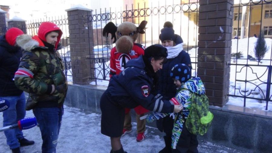 В Екатеринбурге хоккеисты клуба «Автомобилист» провели уроки дорожной безопасности для школьников и взрослых