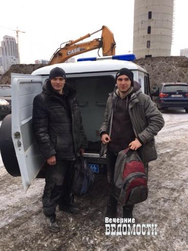 Сотрудники полиции отвезли парашютистов, прыгнувших в Екатеринбурге с недостроенной телебашни, в ОП № 5