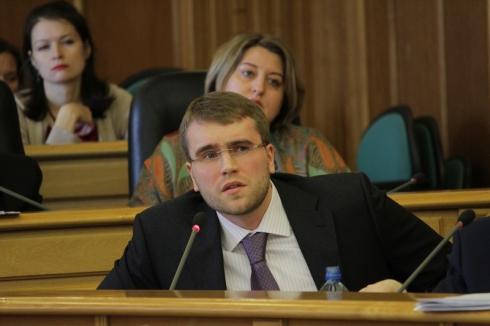 Мэрия Екатеринбурга не оставляет «гряземесов» в покое. Власти ищут способы наказать за парковку на газонах