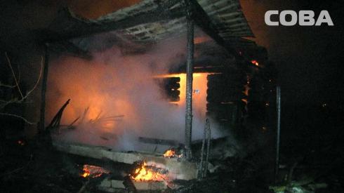 Ночью в Екатеринбурге горел частный строящийся дом и надворные постройки