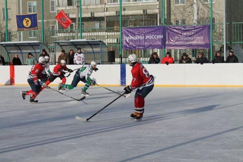 Подростки из Екатеринбурга сразились на хоккейном корте с ровесниками из Асбеста