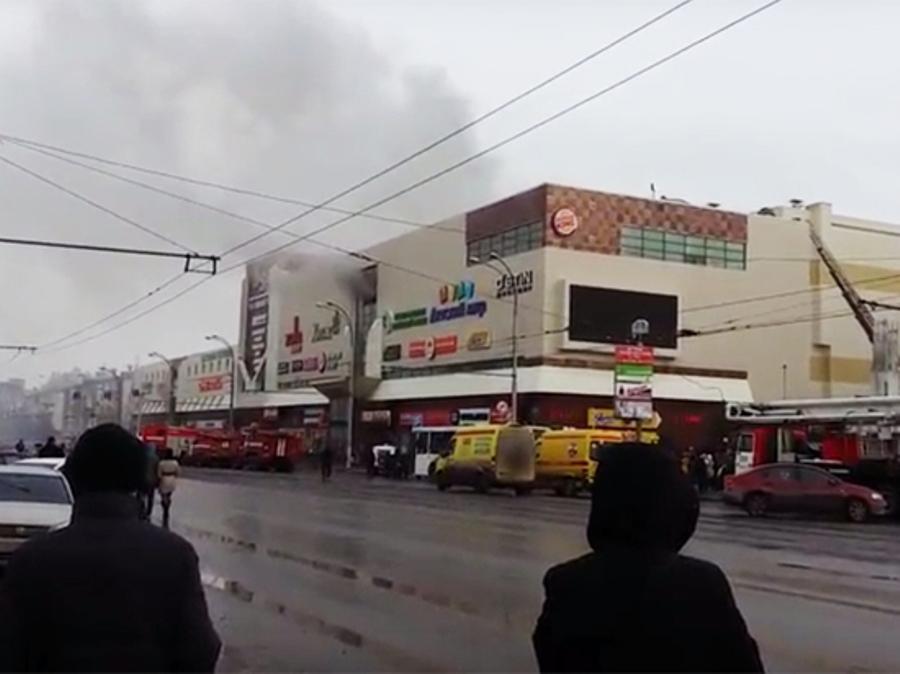 Кемеровчане делятся снимками ивидео пожара вТЦ «Зимняя вишня»— Какой ужас