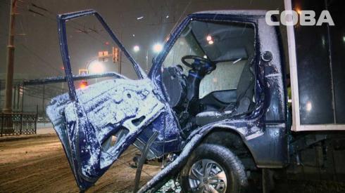 На перекрестке Репина — Крауля произошла авария с грузовым автомобилем