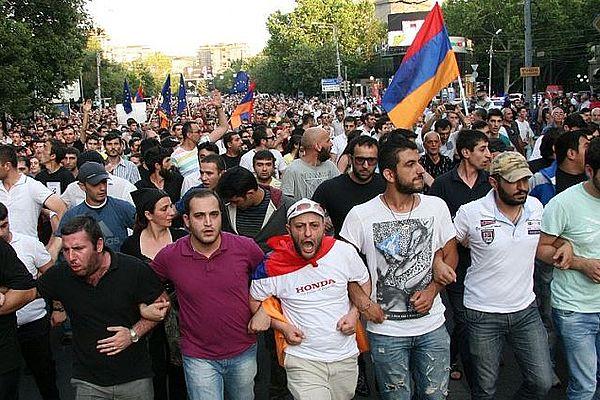ВЕреване задержали десятки участников стихийных акций протеста