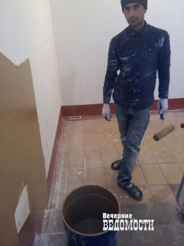 Жильцы дома в Верхней Пышме взбунтовались против коммунальщиков из-за «фекальных» стен в подъезде