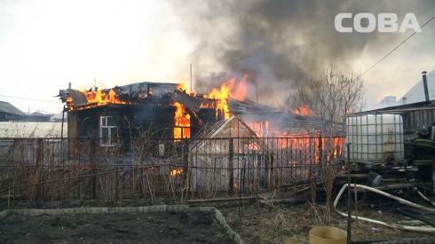 На ВИЗе горит частный дом