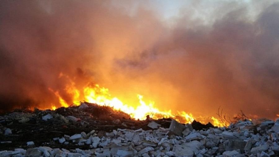 В Чкаловском районе Екатеринбурга горит несанкционированная свалка