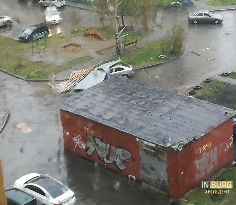 Прошла первая майская гроза и оставила за собой упавшие деревья и столбы, сорванные крыши и разбитые автомобили