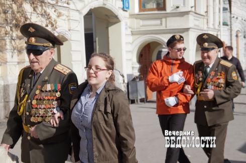 Вместо администрации Екатеринбурга транспорт для ветеранов ВОВ на парад Победы организовали общественники