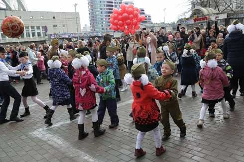 Сотни екатеринбуржцев станцевали «Вальс Победы»