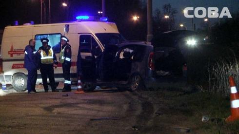 В Екатеринбурге Skoda врезалась в столб. Водитель и пассажирка госпитализированы