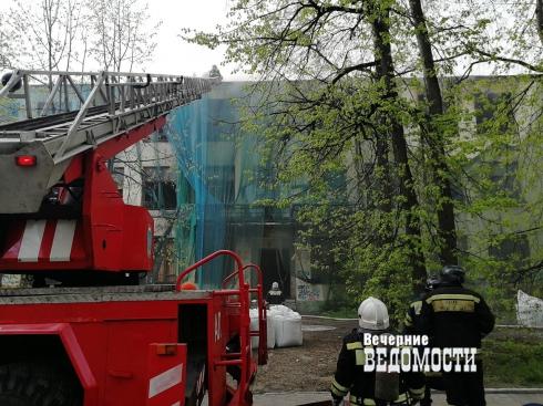 В центре Екатеринбурга, на проспекте Ленина, загорелось заброшенное здание