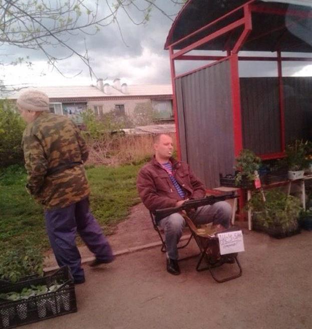 На одной из остановок Екатеринбурга продавались рассада, саженцы и автомат Калашникова