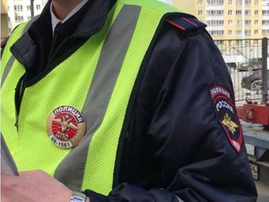 В Екатеринбурге инспектор ГИБДД едва не эвакуировал машину с ребёнком внутри