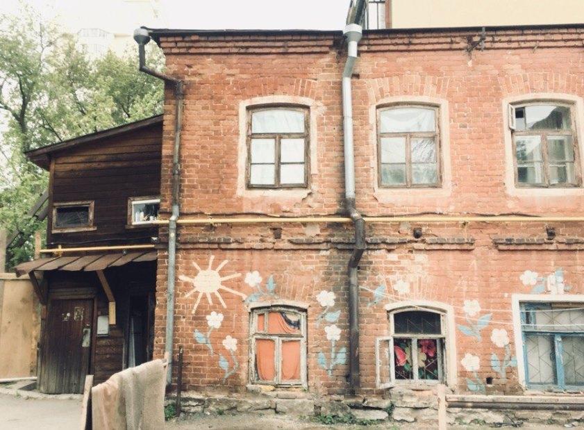 В Екатеринбурге волонтёры своими силами отремонтируют старинный дом на Вайнера